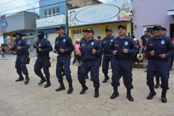 AGENTES DA GUARDA MUNICIPAL APRESENTAM UNIFORME OFICIAL